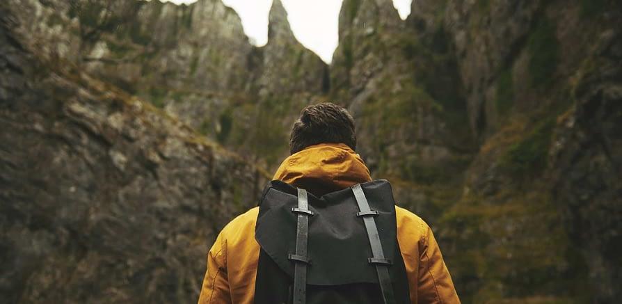 Esploratore in mezzo alla natura